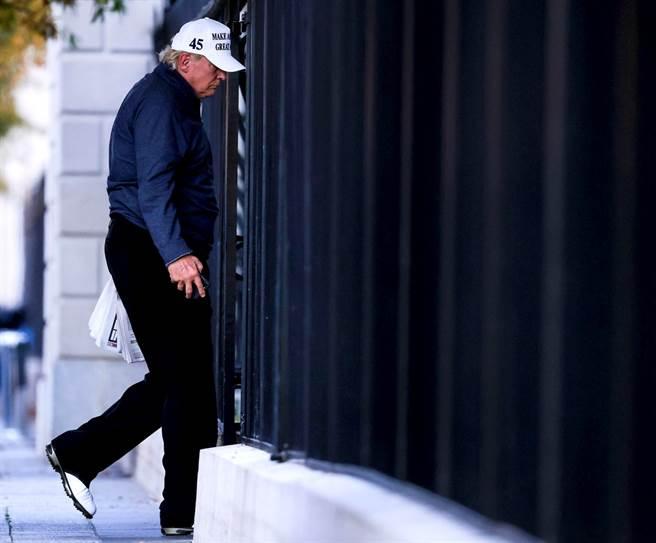 得知敗選後,川普被拍到走進白宮,身影看起來有些落寞。(圖/路透社)