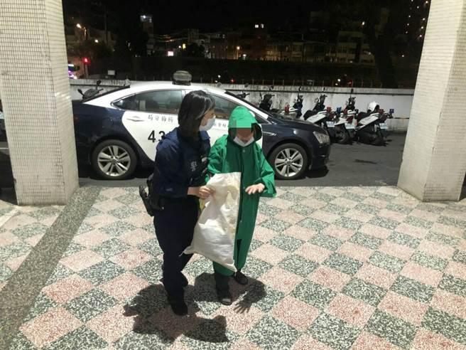 失智老婦跌坐路邊警協助返家。(楊梅警分局提供/呂筱蟬桃園傳真)