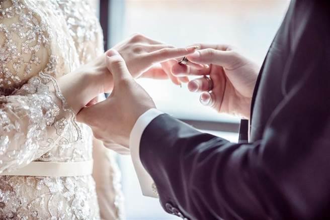 與男友交往6年結婚 女看戶籍謄本傻:老公剛離婚(示意圖/達志影像)