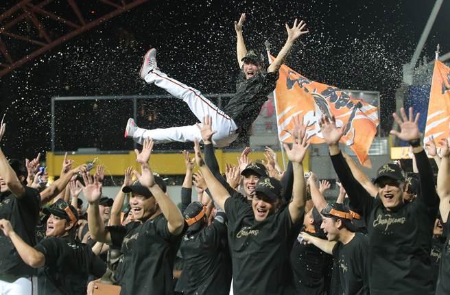 統一獅總教練林岳平執教首年就帶隊拿下總冠軍。(黃國峰攝)