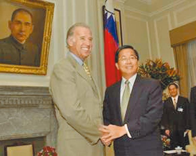 陳水扁總統2001年8月6日接見時任美國聯邦參議院外交委員會主席拜登所率的聯邦參議員訪華團。(總統府提供)