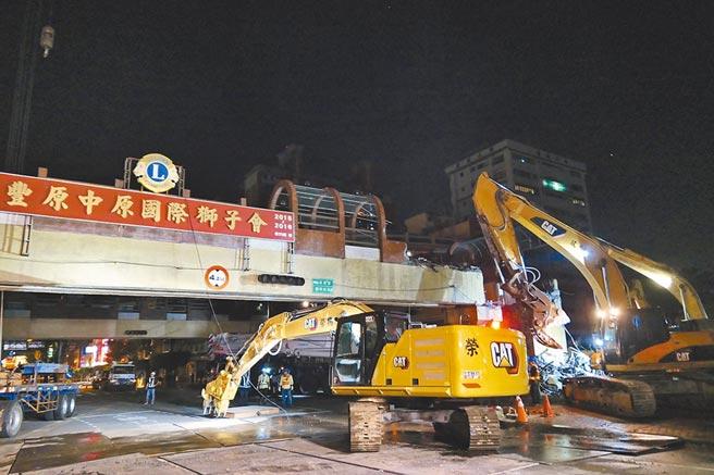 有30多年歷史的豐原中正人行陸橋,今年9月拆除走入歷史。(台中市府提供/盧金足台中傳真)