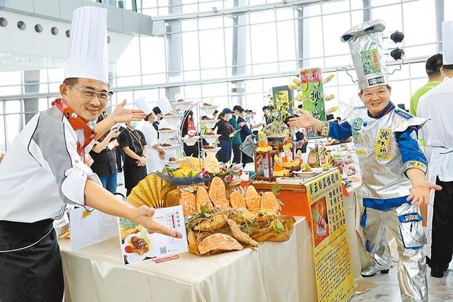 星際美食廠總經理廖盛芳(右)用玉米、毛豆、花生、娃娃菜等,料理《翠玉白菜懷龍胎》,相當吸睛。(張亦惠攝)