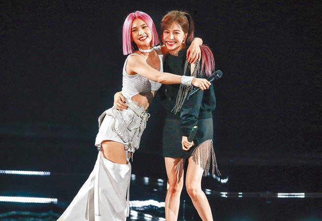楊丞琳(左)昨摟抱好友王心凌,感謝她力挺。(粘耿豪攝)