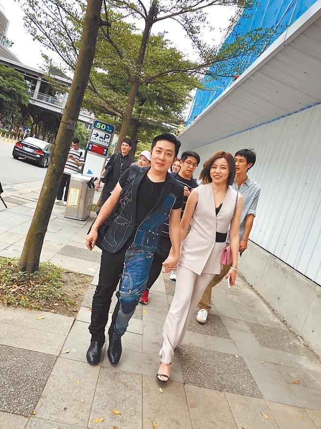 艾成(左)、王瞳婚後首度同框,昨在大街上牽手放閃。(民視提供)