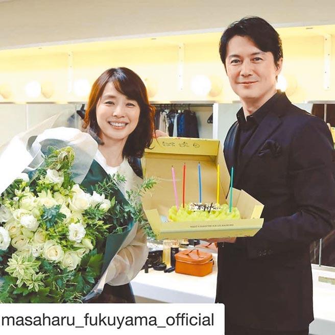 石田百合子(左)与同世代的福山雅治去年底曾在电影中饰演恋人。(摘自IG)