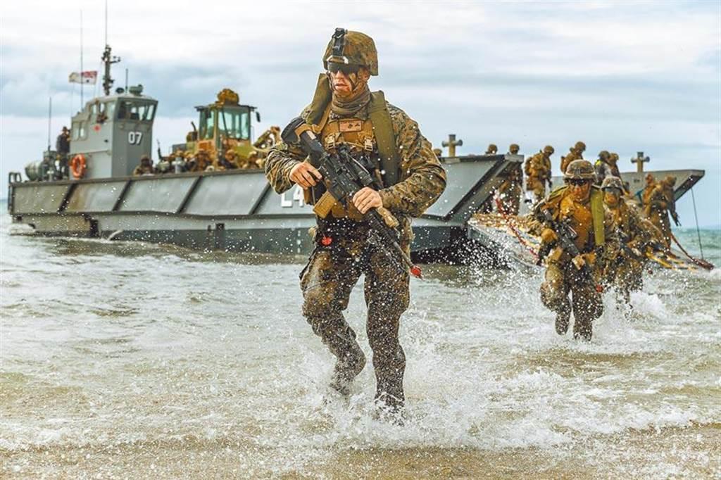 美國海軍陸戰隊在「護衛軍刀19」期間,進行模擬兩棲攻擊。(取自美國海軍官網)