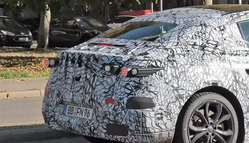 賓士 EQE 豪華電動房車原型車搶鮮看:2021 年底發表,還將追加 SUV 休旅車型