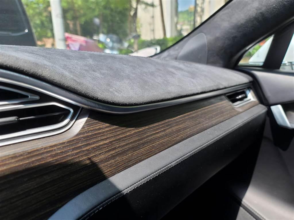 用上 ALCANTARA,確實很符合高價性能車的風格啊,如今選配也選不到,只能尋求外廠改裝了。