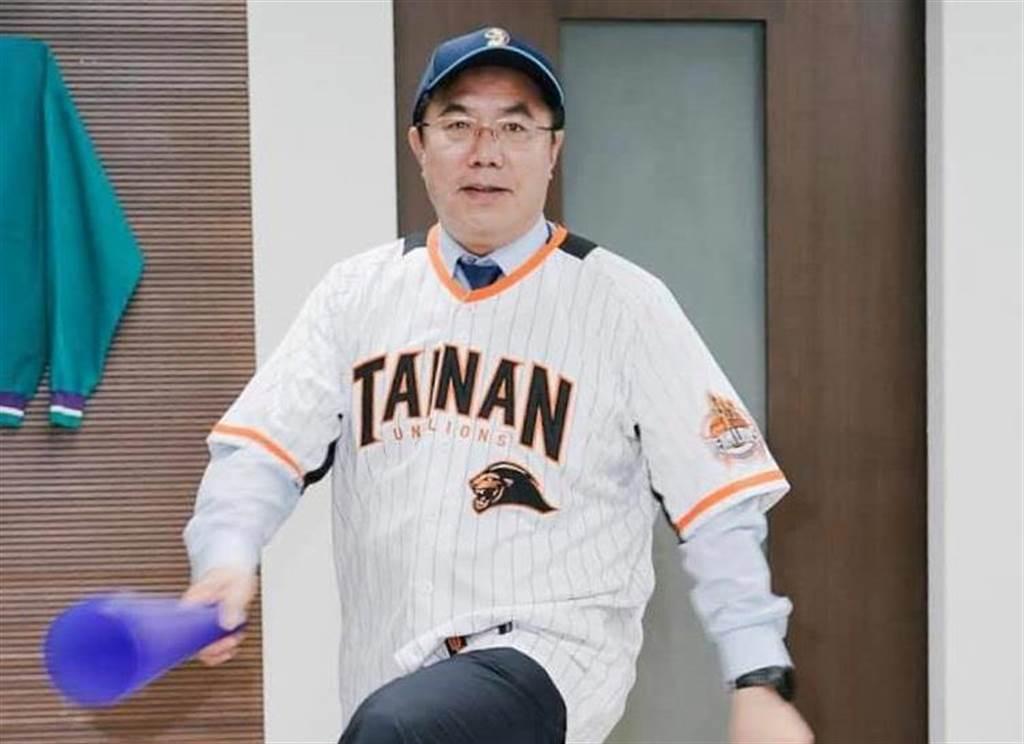台南市長黃偉哲幫統一獅隊加油。(圖/摘自黃偉哲臉書)