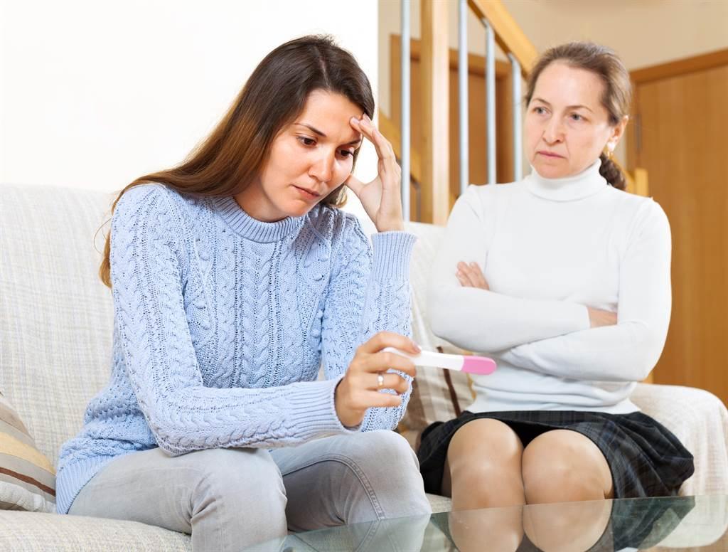 一位女網友表示,婆婆替為了單身小姑買房,執意登記在她的名下,讓自己生活負擔越來越重。(示意圖/達志影像/shutterstock)