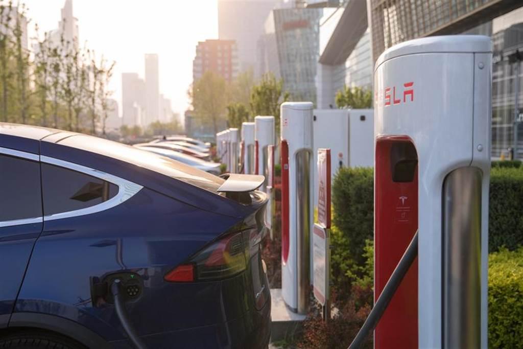 特斯拉寫下新里程碑,全球超充充電樁數量正式突破 20,000 個