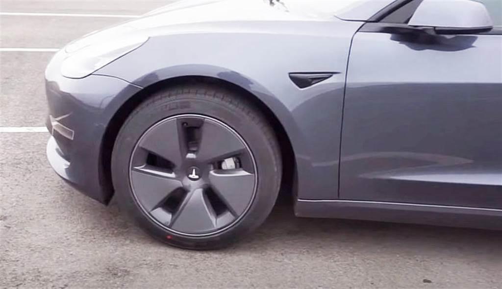 特斯拉 Model 3 全新節能蓋首度曝光:線條更平整,看來比舊款順眼?