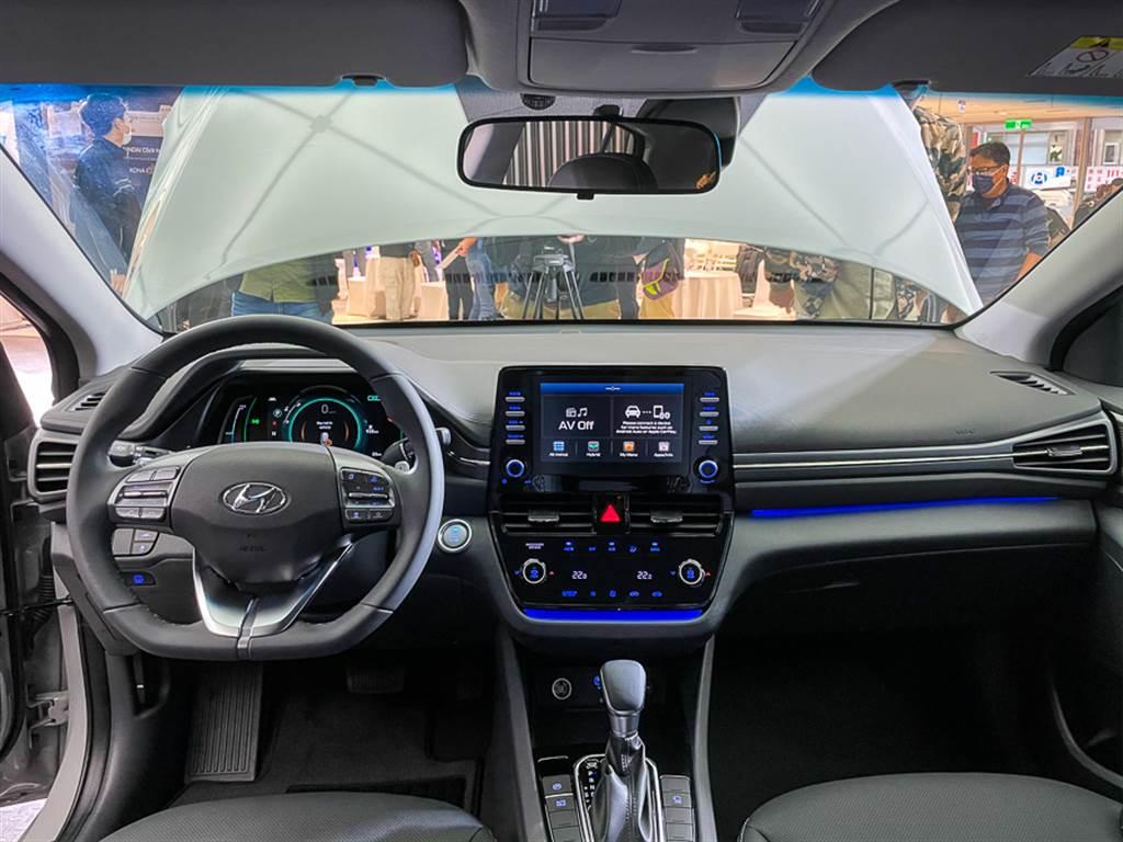 內裝設計大幅改變,以8吋懸浮式中控螢幕為主體,搭配觸控式空調系統、藍色氛圍燈等增添科技感。
