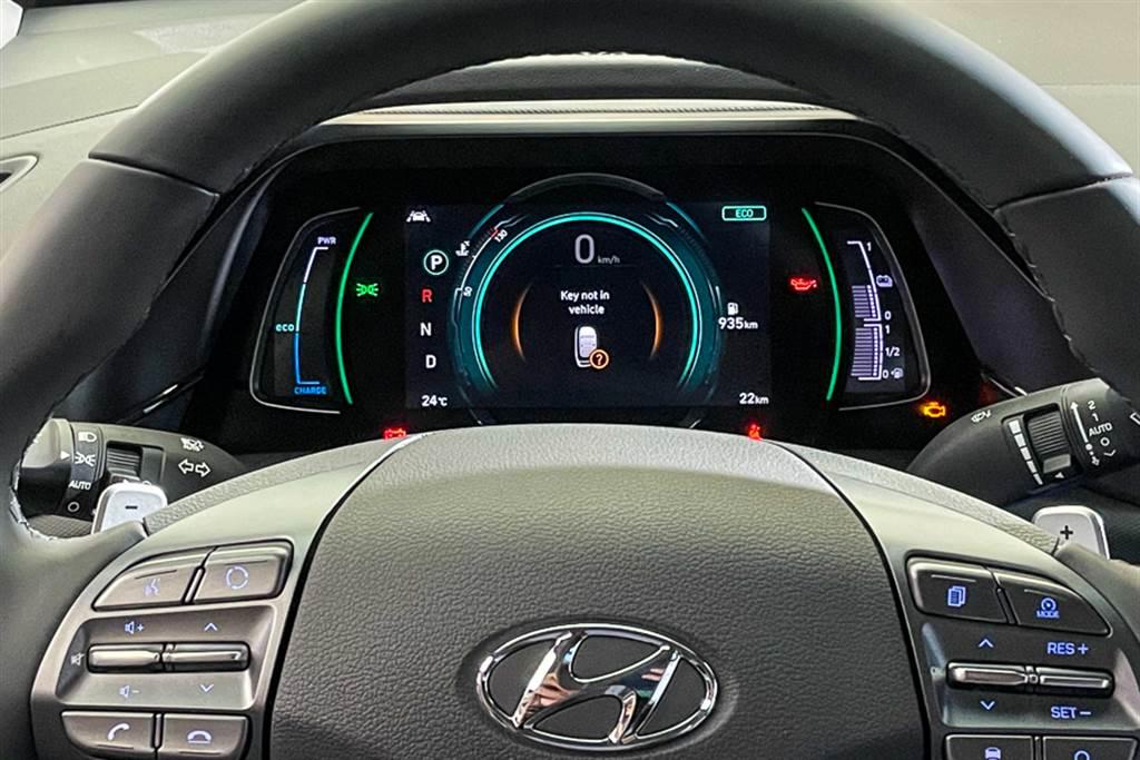 駕駛儀錶換上7吋全彩數位儀錶,方向盤後方新增的換檔撥片除了可用來切換檔位,還能調整動能回充的力道,調整至最強的情況下,IONIQ Hybrid可達到「單踏板操作」,也就是靠著動能回充機制就能讓車完全煞停。