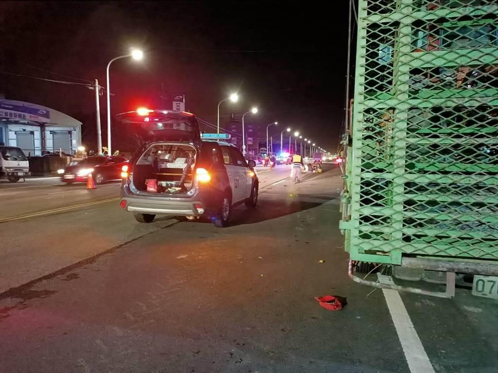 嘉义县六脚乡六斗村9日下午5时42分许发生一起2辆机车相撞的车祸,警方目前正在现场调查厘清。(张毓翎摄)