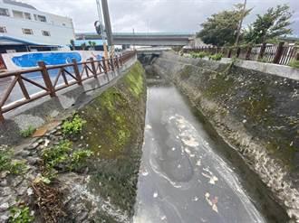 花蓮七星潭大排水溝臭氣衝天 議員要求建置污水處理系統