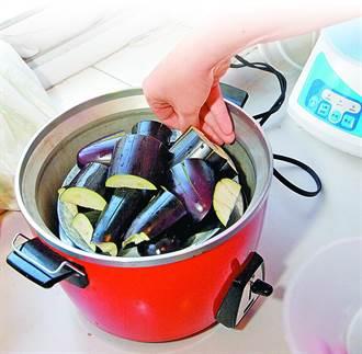 電鍋內乾掉的水漬該怎麼清?網點名2水果有奇效