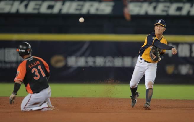 中信兄弟20歲小將江坤宇獲選為敗隊優秀球員。(黃國峰攝)