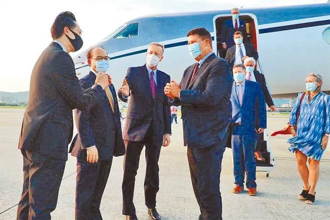 台美高層經濟對話將在近期內舉行,最快12月中旬召開。圖為美國務院次卿柯拉克(Keith Krach)(中)9月中搭乘專機來訪。(外交部提供)
