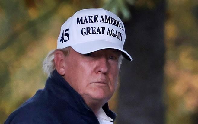 美國總統川普11月7日在主流媒體宣布民主黨對手拜登勝選後,返回白宮的神情。(路透)