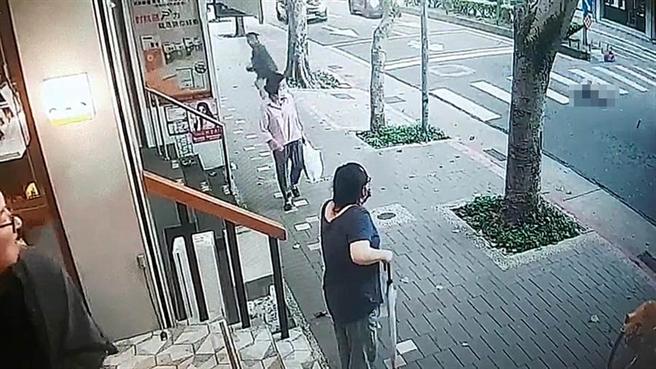 42歲的王姓男子上月15日,為躲避環保局稽查人員,穿越車道時疑似被中央分隔島絆倒,遭後方休旅車追撞輾斃。(翻攝畫面/胡欣男台北傳真)