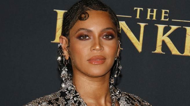 Beyoncé造型尺度無極限 性感登封秀火辣曲線(圖/shutterstock)
