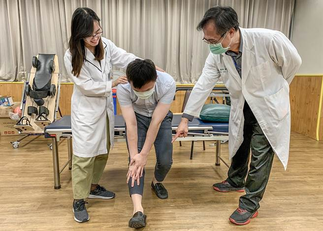 中醫大新竹附醫給血友病患者「徒手、運動及增生」三合一復建治療,能達到舒緩疼痛等效果。(羅浚濱攝)