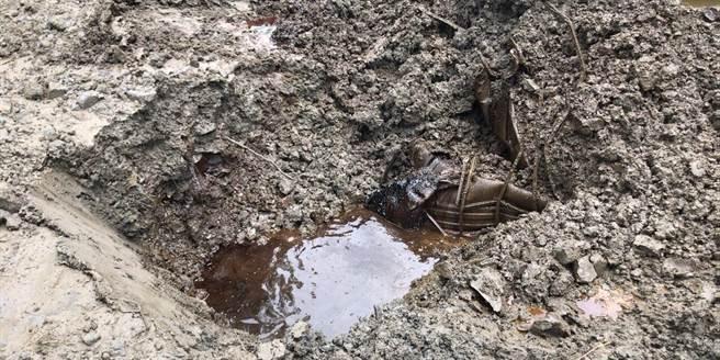 檢警在高雄市旗山區發現不肖業者偷倒廢棄物溶劑。(檢方提供/林瑞益高雄傳真)