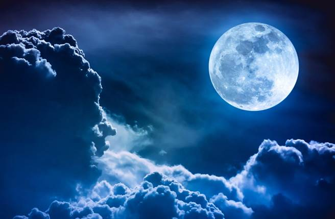 有不少民眾都表示有過「指月亮被割耳朵」的經驗,這被視為神秘的鄉野傳說,但有醫師表示,耳裂可能是異位性皮膚炎或濕疹造成。(達志影像/shutterstock提供)