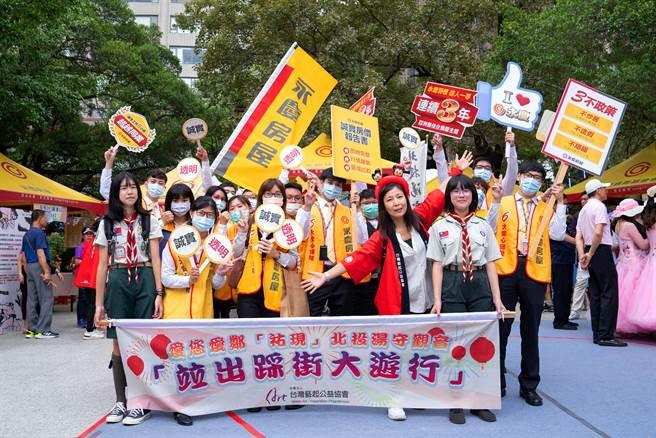 台灣藝起公益協會主委藍智玲感謝永慶房屋贊助帳篷和協助活動,肯定夥伴們的付出。(圖/永慶房屋提供)