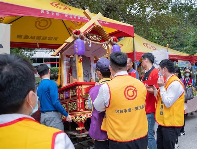 台灣藝起公益協會發起活動重現百年文化,復刻的湯手觀音法像也與大家一起踩街同樂。(圖/永慶房屋提供)