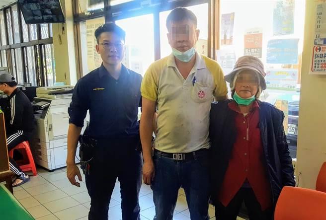 大園警分局觀音分駐所接獲報案,一名瘖啞老婦在觀音公車站迷路,員警以愛心手鍊協助查詢家屬,最後順利返家。(姜霏翻攝)