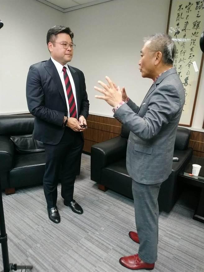 1111人力銀行媒體中心總經理何啟聖,拜會電電公會副理事長許介立,分享產學合作經驗。(1111人力銀行提供)