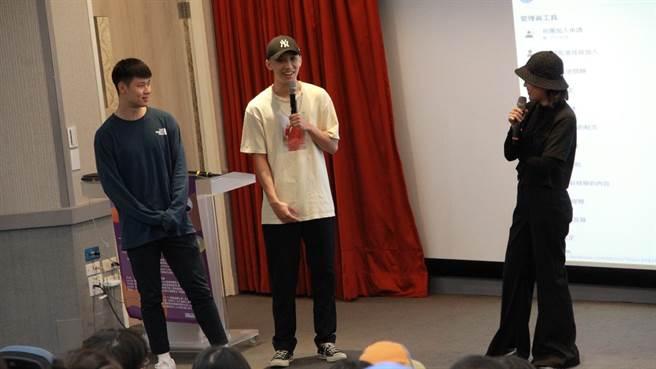 分組活動同學上台分享照片背後的故事。(世新大學提供)