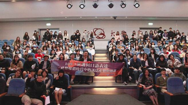 講者與全體同學進行大合照。(世新大學提供)