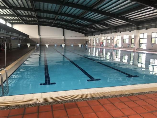 高雄三民區一間市立高工9日發生男學生在校溺水事件,該生上游泳課測驗時,不明原因突然沉入水中,救護人員到場時,男學生已無生命跡象,立即送醫搶救。(洪浩軒攝)