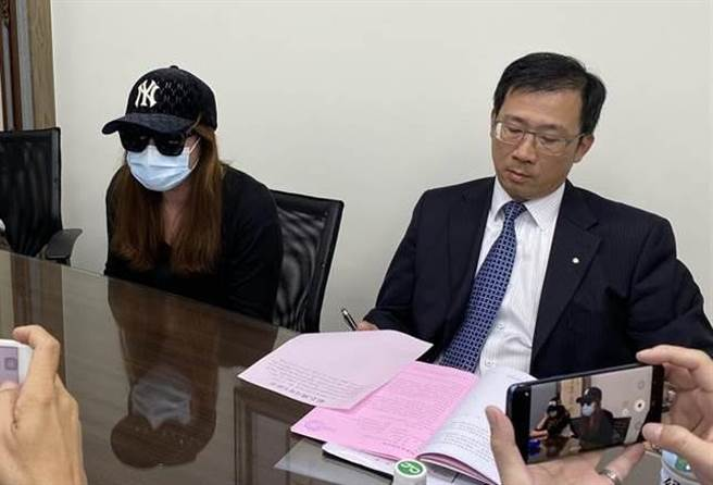 39歲呂姓護理師9日在律師林鈺雄陪同下,聲淚俱下出面指控遭81歲的公公上下其手。(蔡依珍攝)