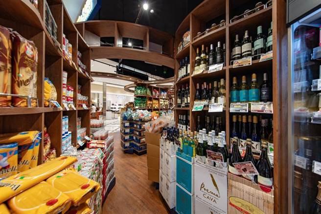 (日本精緻雜貨店KALDI咖樂迪咖啡農場於桃園台茂購物中心開出第10家店。圖/KALDI提供)