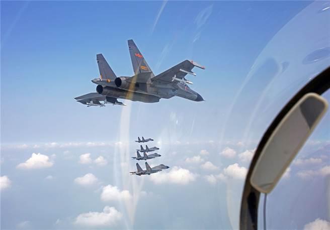 自9月以來共機不斷在西南空域與海峽中線進行侵擾行動,同時在台海附近舉行大規模軍事演習,必須注意其真實意圖。圖為共軍9月18日派遣戰鬥機與轟炸機進入台灣附近空域巡弋。(圖/中國軍網)