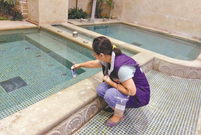 桃市共有55家泳池、10家三溫暖和2家溫泉業,衛生局今年抽驗有16件水質不合規定,累計裁罰金額7萬6000元。(蔡依珍攝)