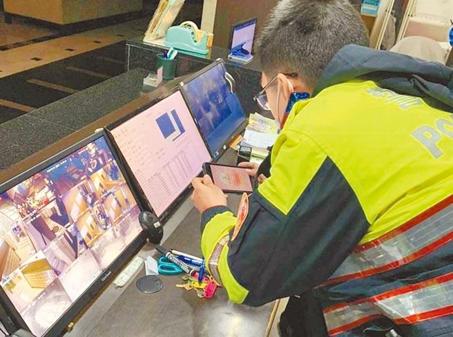 桃園市員警透過監視器掌握居家檢疫或隔離對象是否有外出情事。(本報資料照片)