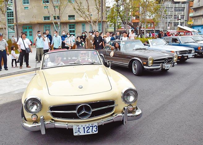 50輛經典古董車齊聚嘉義市立美術館前車聚,與嘉美館相互輝映,吸引眾多民眾前往拍照。(呂妍庭攝)