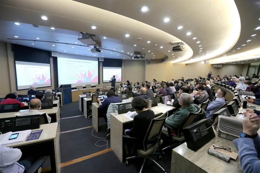 台北經營管理研究院9日舉辦「美國選後對台商的影響與商機論壇」,邀請產學相關專家代表與會分析研討。(黃世麒攝)