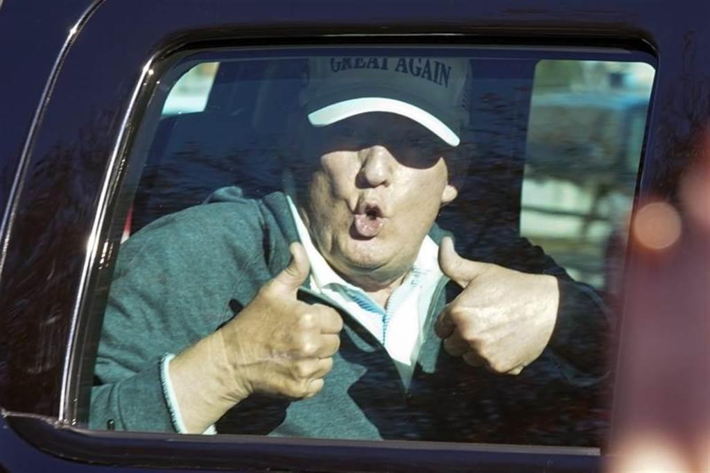 川普在國際上形象不佳,但在國內仍有不少支持者。圖中是8日媒體已普遍傳出計票結果川普確定落敗後,正在打高爾夫球的川普返回白宮前在車內向支持者比出大姆指。(圖/美聯社)