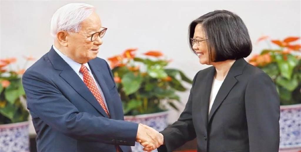 亞太經濟合作會議領袖峰會將於11月30日在馬來西亞登場,台積電創辦人張忠謀很可能第4度出任APEC領袖代表。圖為2018年蔡英文總統(右)指派張忠謀擔任領袖代表。圖/本報資料照片