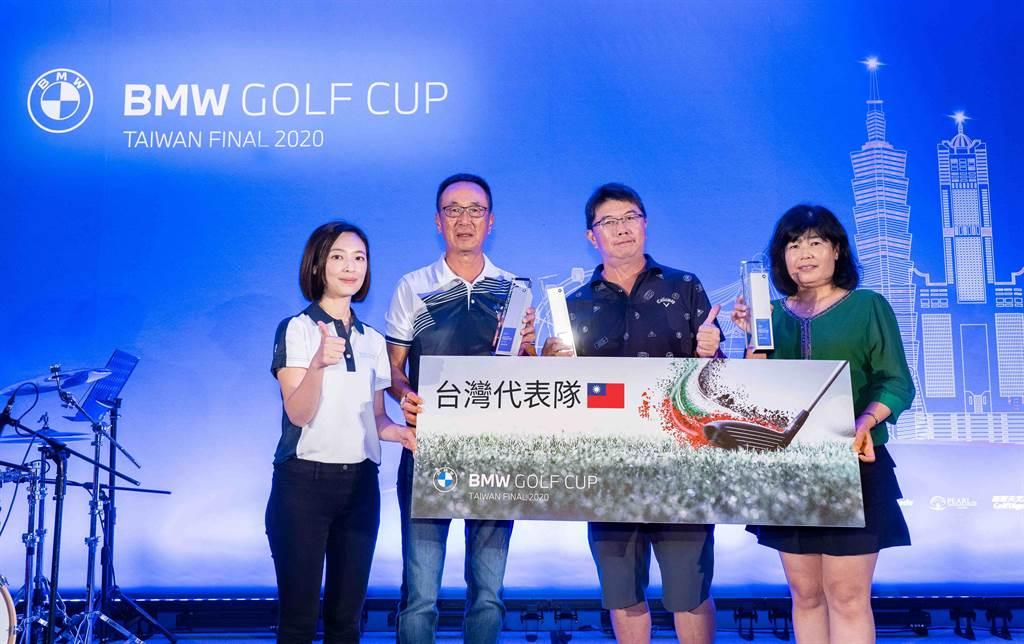 汎德股份有限公司行銷協理洪瑋(左一)將獎項頒予張震宇(左二)、林木舟(右二)及馮秀娟(右一),三位將代表台灣參與國際決賽。