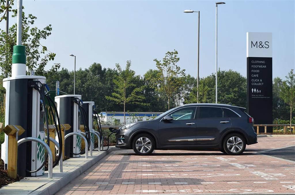 石油大廠拚轉型:殼牌加油站加碼投資電動車充電站,飲食購物補里程一站搞定