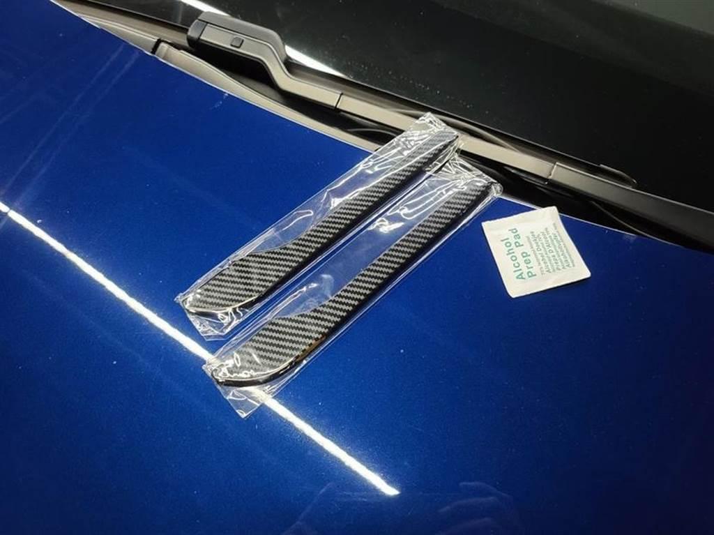一組四片,對應四個車門,附上一包酒精清潔片,把手先擦乾淨後就可直上直貼了。