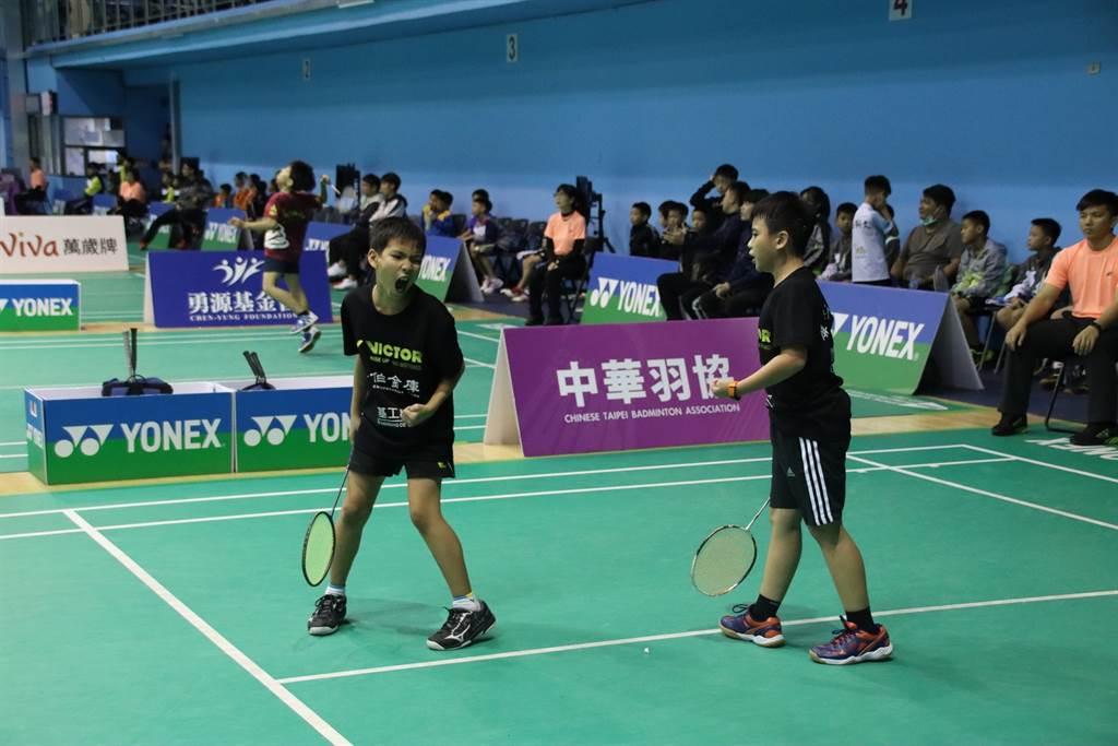 屏東仁愛國小周東毅、謝睿雙打獲勝,為球隊在團體賽拿下確定勝利的一點。(中華羽協提供)